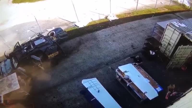 Жесточайшая посадка самолёта во Флориде крыло летательной вундервафли пробило забор, за которым находились сотрудники аэропорта
