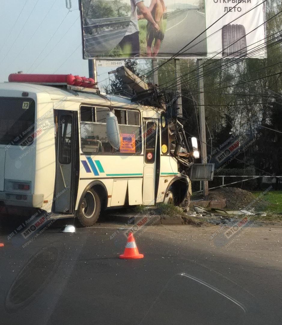 В Курске пассажирский ПАЗ врезался в столб. Есть пострадавшие