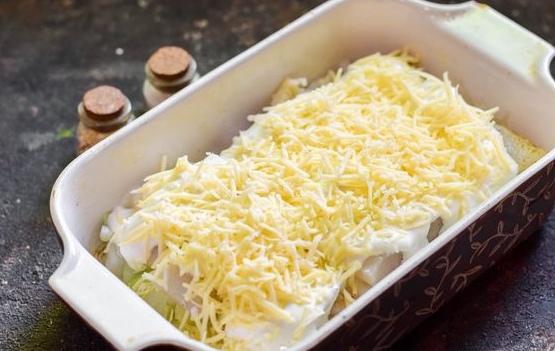 Минтай, запечённый в горчично-майонезном соусе, с луком и сыром