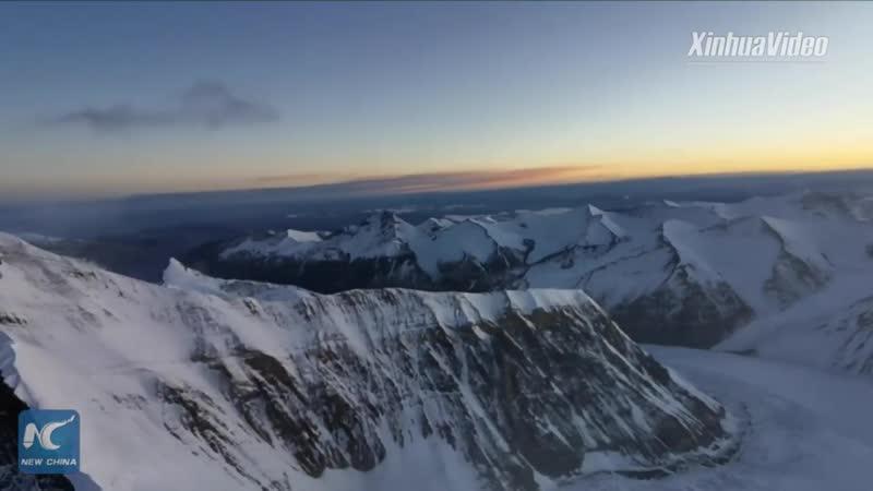 Завораживающий рассвет с высочайшей вершины мира