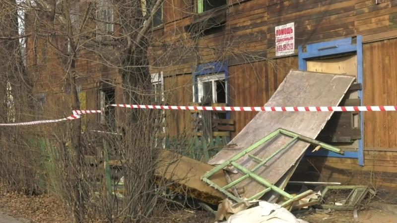 Снос старого деревянного барака на проспекте Ленина в Абакане - Абакан 24