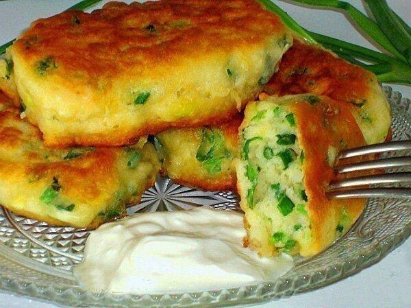 Вкусненькие Оладьи на кефире с зеленым луком Нужно :кефир (жирный) 200 млмука 200 гяйцо (лучше 1 яйцо , 1 желток) 1 шт.лук зеленый 1 пуч.сода 1/2 ч. л.соль 1/2 ч. л.масло растительное (для
