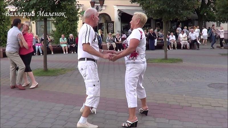 Пара спортсменов в белом выдает мне сольный танец