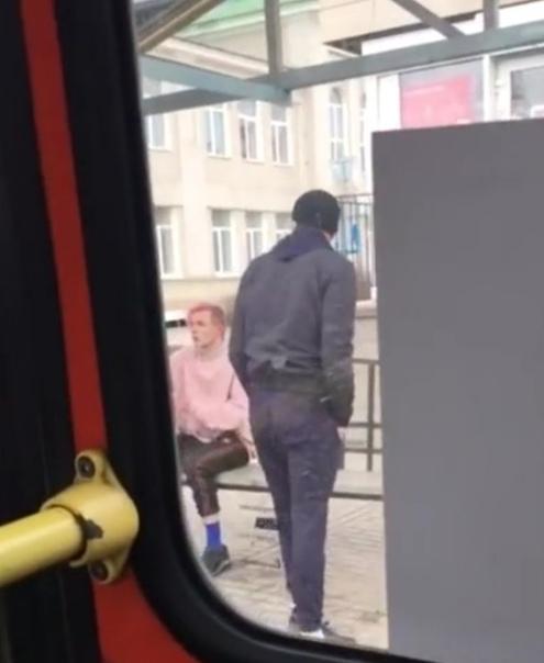 В Белгороде двум гопникам не понравился парень с розовыми волосами, который вошел в автобус Они начали проявлять агрессию к нему, а потом и вовсе вышвырнули из салона и начали избивать.Что