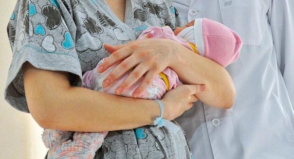 Не рожавший не поймет Меня после кесарева вывозят в коридор, смотрю муж с сыном на руках стоит довольный такой. Подвезли к нему, остановили. Он спрашивает:«Как чувствуешь себя» Я: «Нормально,