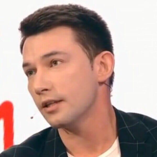 Герой сериала «Кадеты» Кирилл Емельянов, 11 лет выплачивал алименты своей бывшей девушке Недавно выяснилось, что ребёнок не от него.Что ему теперь
