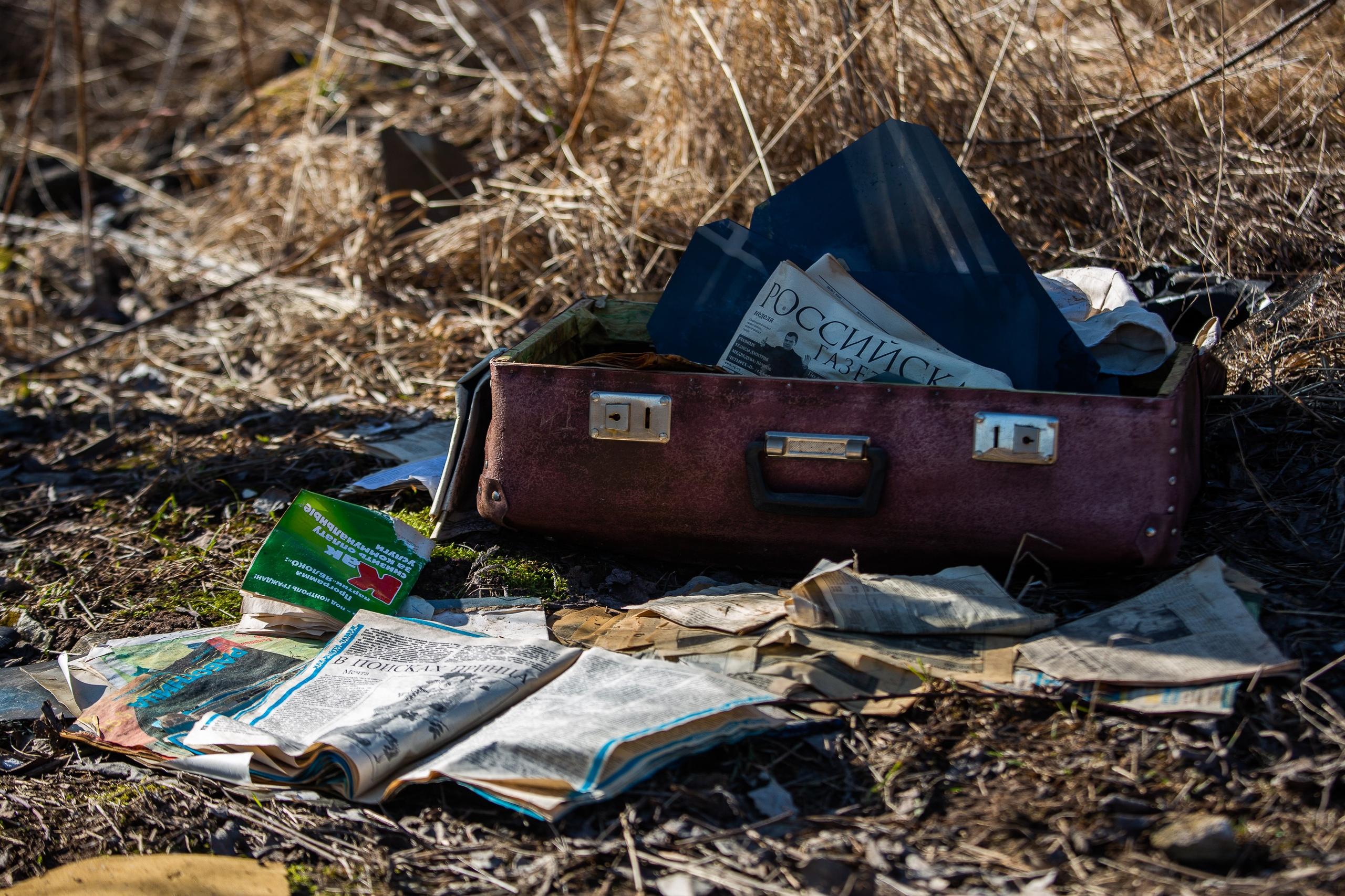 Спальные районы Пскова, российские газеты, куча недосожженных банковских карт и,